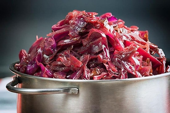 braised red cabbage in a pan