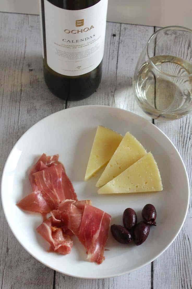 Ochoa Calendas Blanco is a high quality white wine from Navarra, Spain. Great with Serrano ham, as well as salmon pesto pasta! #winepairing
