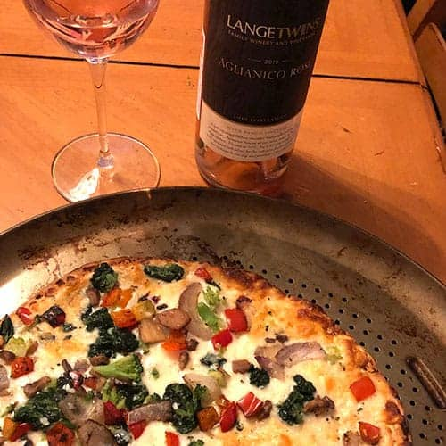 Lange Twins rosé paired with pizza.