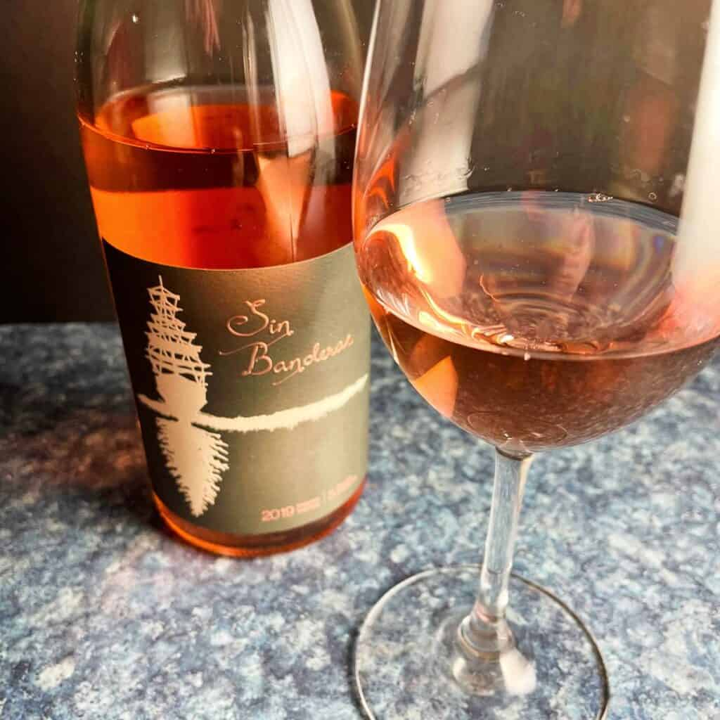 bottle and glass of Sin Banderas rosé wine.